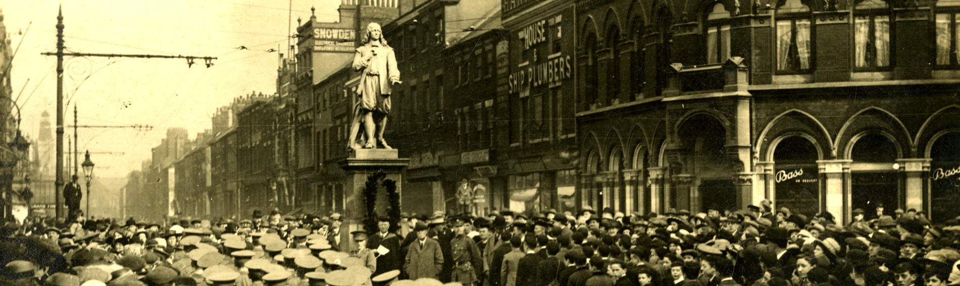 Crowds at the Marvell Statue during the 300 anniversary celebrations in 1921